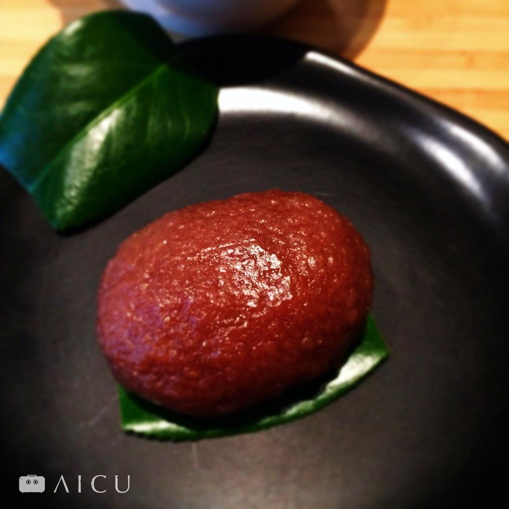 以紅豆泥包裹糯米稠甜的萩餅(お萩もち)又稱牡丹餅ぼたもち,嬌豔欲滴。