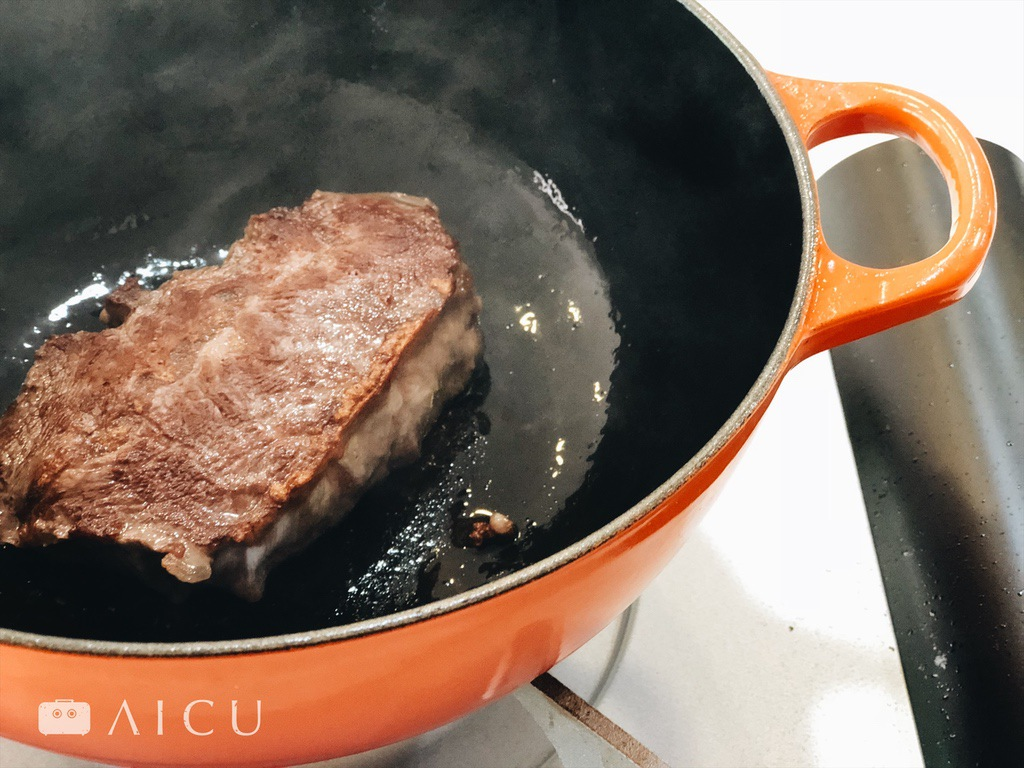 鑄鐵鍋能直接煎,最好是煎後進行燉煮,一鍋完成,正是鑄鐵鍋的厲害之處。