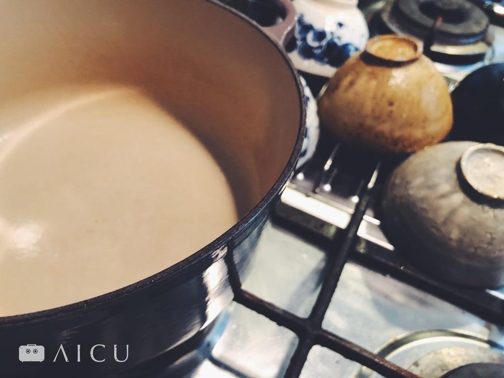 內鍋有琺瑯的鑄鐵鍋無需養鍋,但注意鍋子邊緣黑鐵處並沒有上塗層,因此清洗完畢一定要確實擦乾和烘乾,避免生鏽。