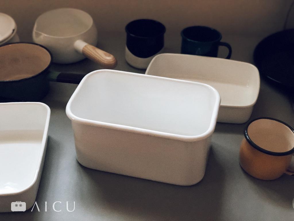 野田琺瑯從2003年起的white series系列,席捲了整個日本家庭廚房,更在2013年Good Design。白色單純的質樸造型,重要的是搭配冰箱的各種尺寸和深度的調理容器十分實用。此為專門設計來醃米糠醃漬的容器-漬美人。
