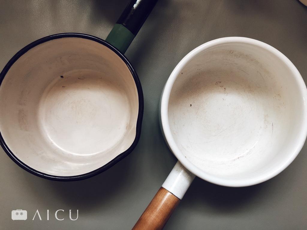 琺瑯和不沾鍋塗層一樣,照片為已用超過5-6年以上的琺瑯鍋,可見逐漸剝損的情形。