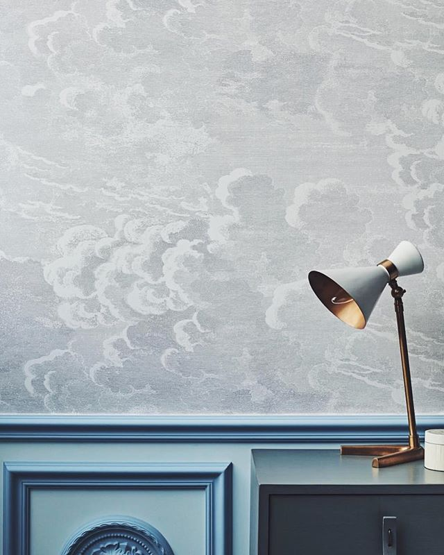 The romantic exploration into the sky above became an experiment in imagination with the thundering billows of cloud formations in both Nuvole and the smaller scale Nuvolette capturing countless ephemeral silhouettes. Discover the full @fornasettiofficial Senza Tempo collection from @cole_and_sons at the MDC