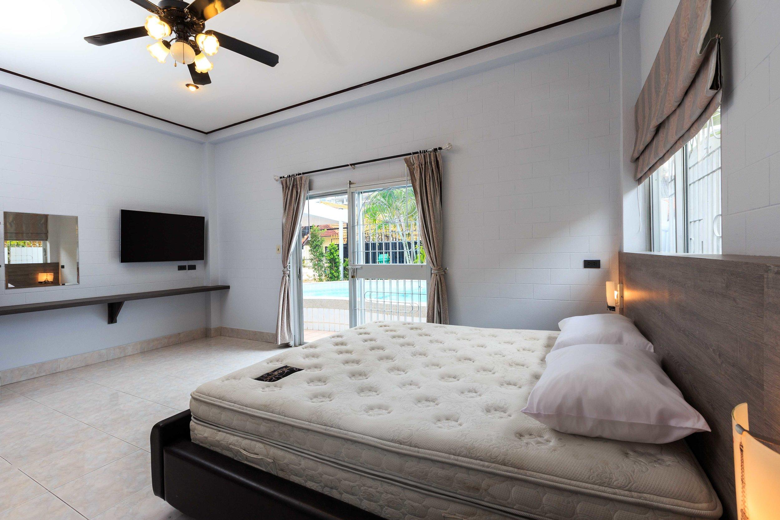 Room01-02.jpg