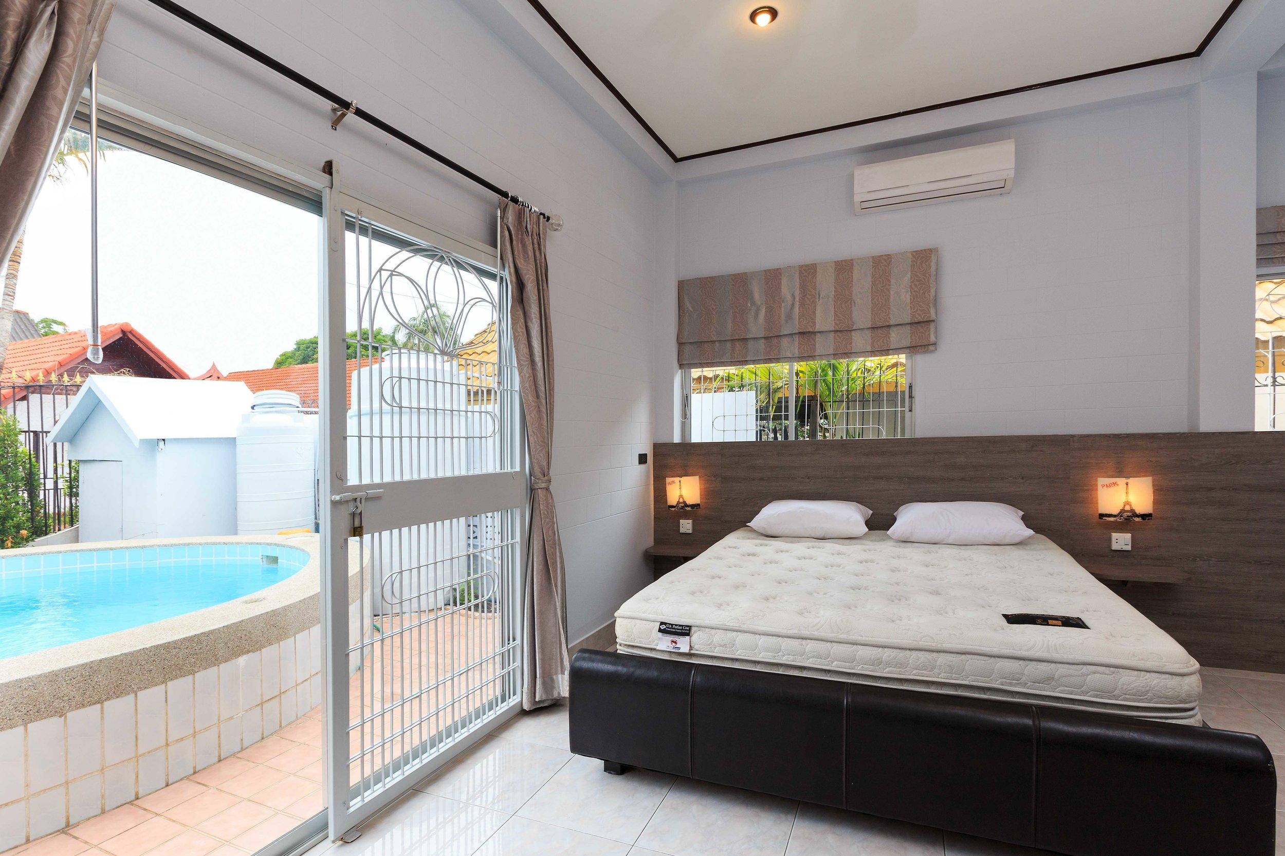 Room01-03.jpg