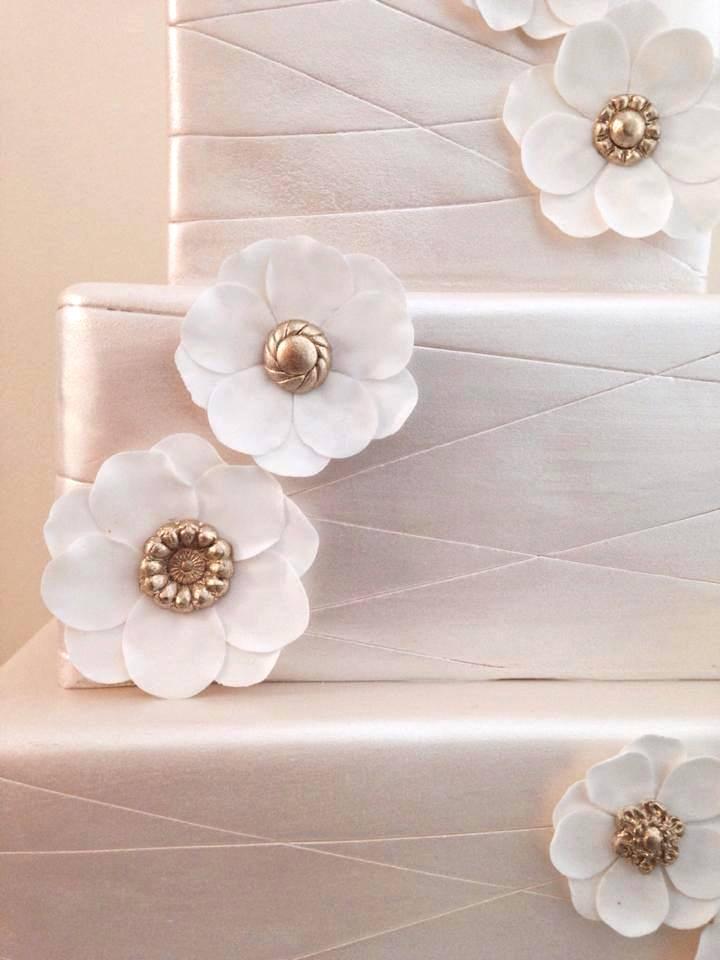 eatcakebemerry_shimmer_flower_button_centers_cake.jpg
