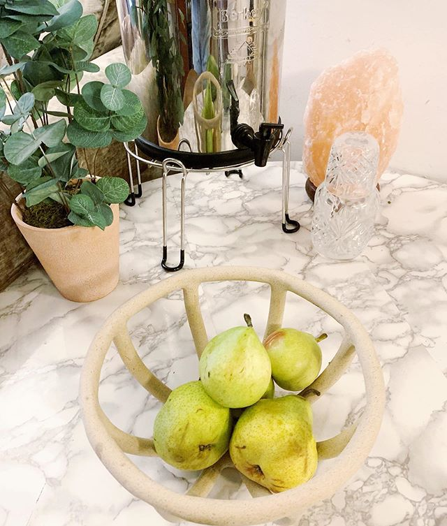 This beautiful @hoppeshoppe bowl is perfect for my pears 🍐! I've been eating a ton of pears lately as they are super alkalizing and have insoluble fiber to help fight inflammation (godsend for my eczema). #donnadetox #pears #eczemadetox #eczemarelief #psoriasisdiet #psor