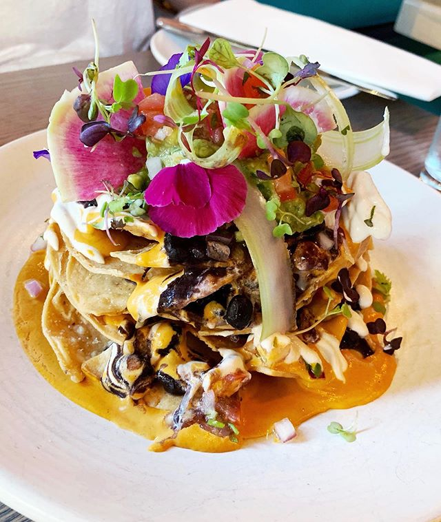 #ThisIsHowIEat: Plant 👏🏻 based 👏🏻 nachos by @barverdenyc and I'm in love. ❤️ Butternut queso, black beans, pico de gallo, cashew cream 😋 guacamole, jalapeño & radish! Also how gorgeous is this?! 🌸 #glutenfreelife #plantbased #plantbaseddiet #plantbasedmexican #mexicanfood #nachos #healthyfood #donnadetox #cashewcheese #food #nyceats