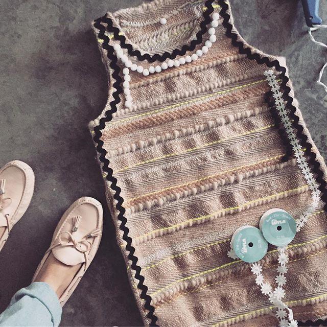 Process and Detall 🤓 #fibers #textiles #textiledesign #apparel #christinekopper #pompoms #woven #handmade #weaving #ihavethisthingwithpompoms
