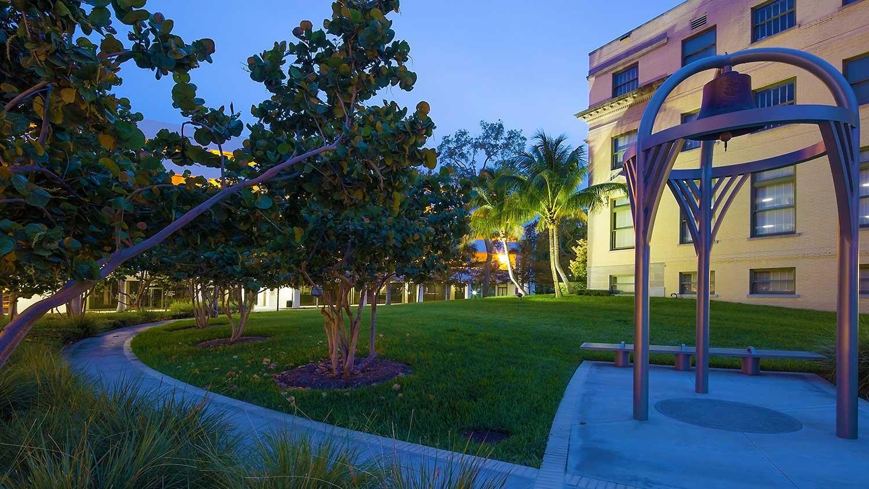 Barbara-Grygutis_The-Green-Wall_Palm-Beach-County-Assembly-Plaza-Florida_10.jpg