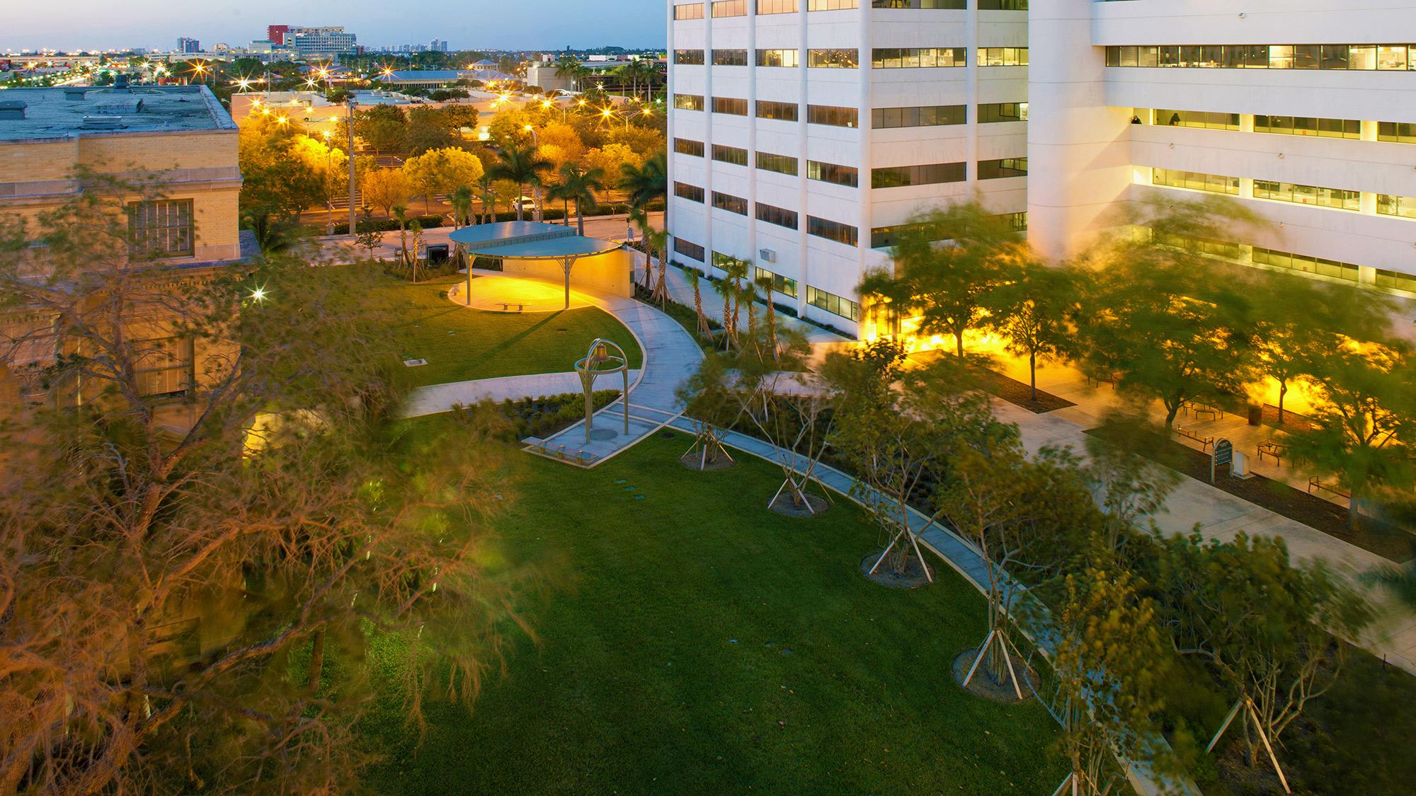 Barbara-Grygutis_The-Green-Wall_Palm-Beach-County-Assembly-Plaza-Florida_14.jpg