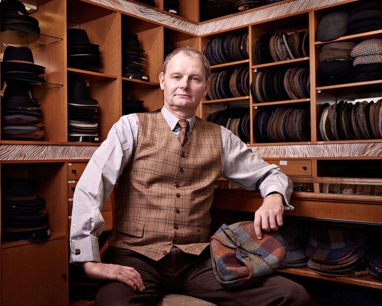 Michel Curchod, patron de la boutique Le Coup de Chapeau, Lausanne, le 22 décembre 2014. Copyright Bertrand Cottet