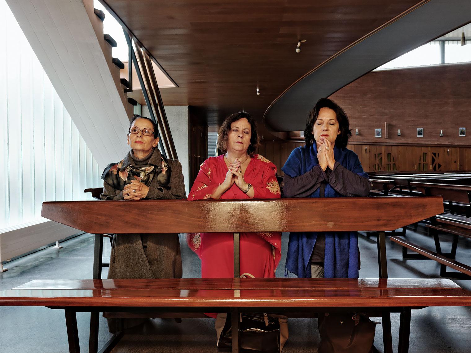 Elvia Baumann, Graça Ribeiro et Carmo Moura, trois soeurs, à l'église Sainte-Clotilde de Genève.