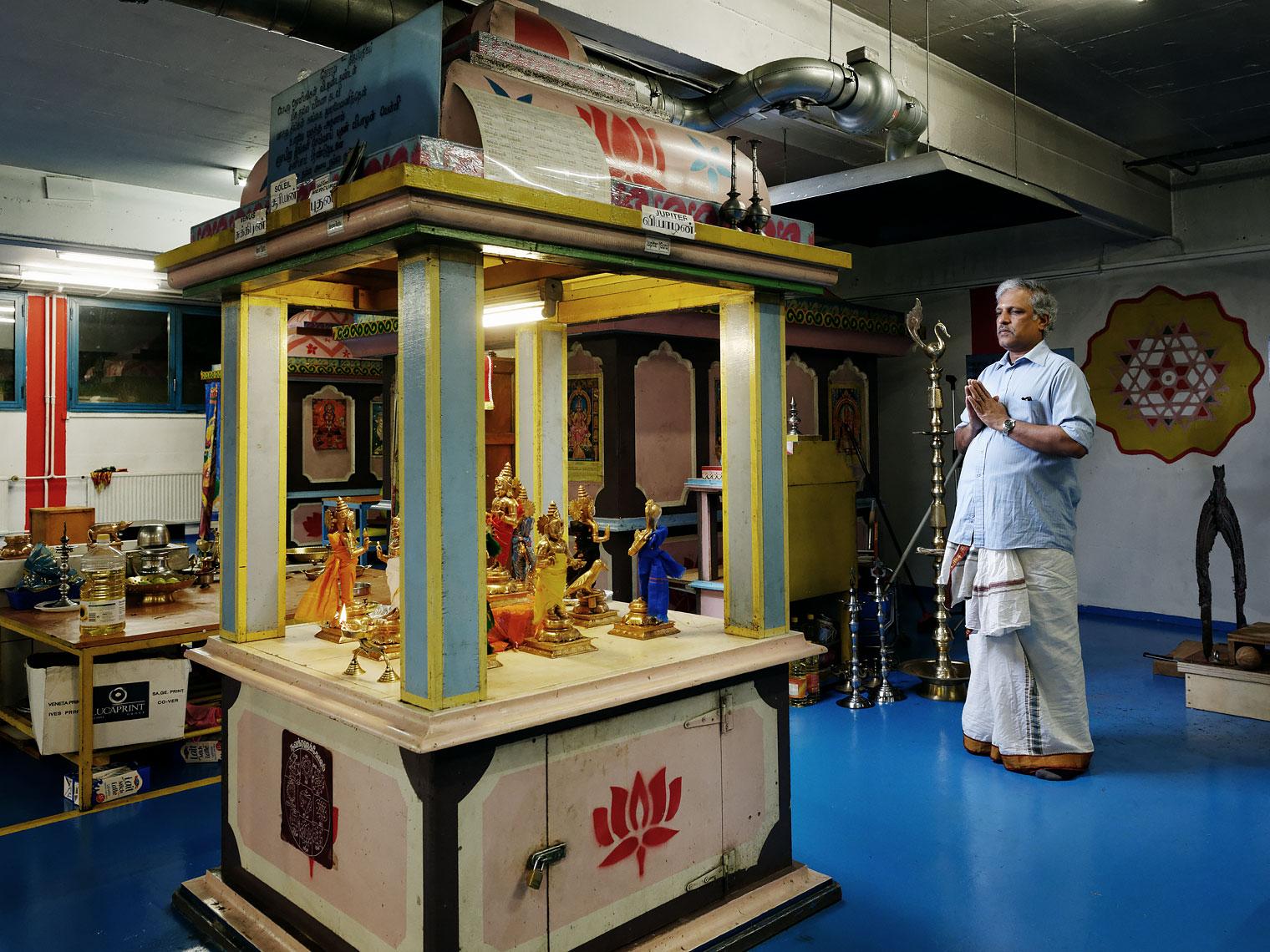 Baskaralingam Veerakathy prie dans le temple hindouiste de Prilly.