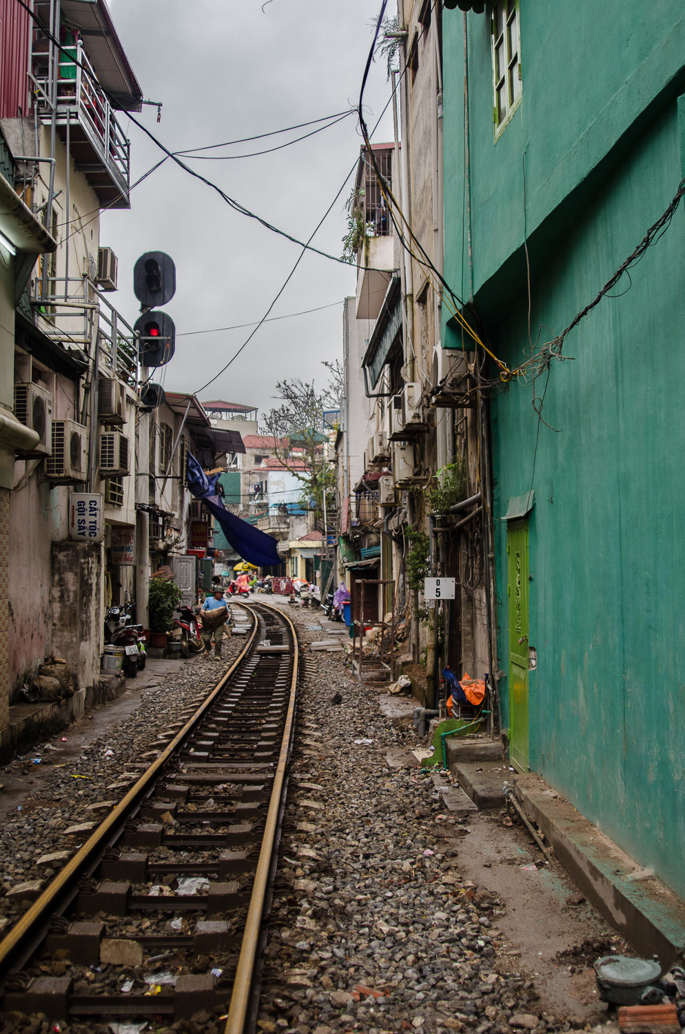 houses-on-train-tracks-hanoi.jpg