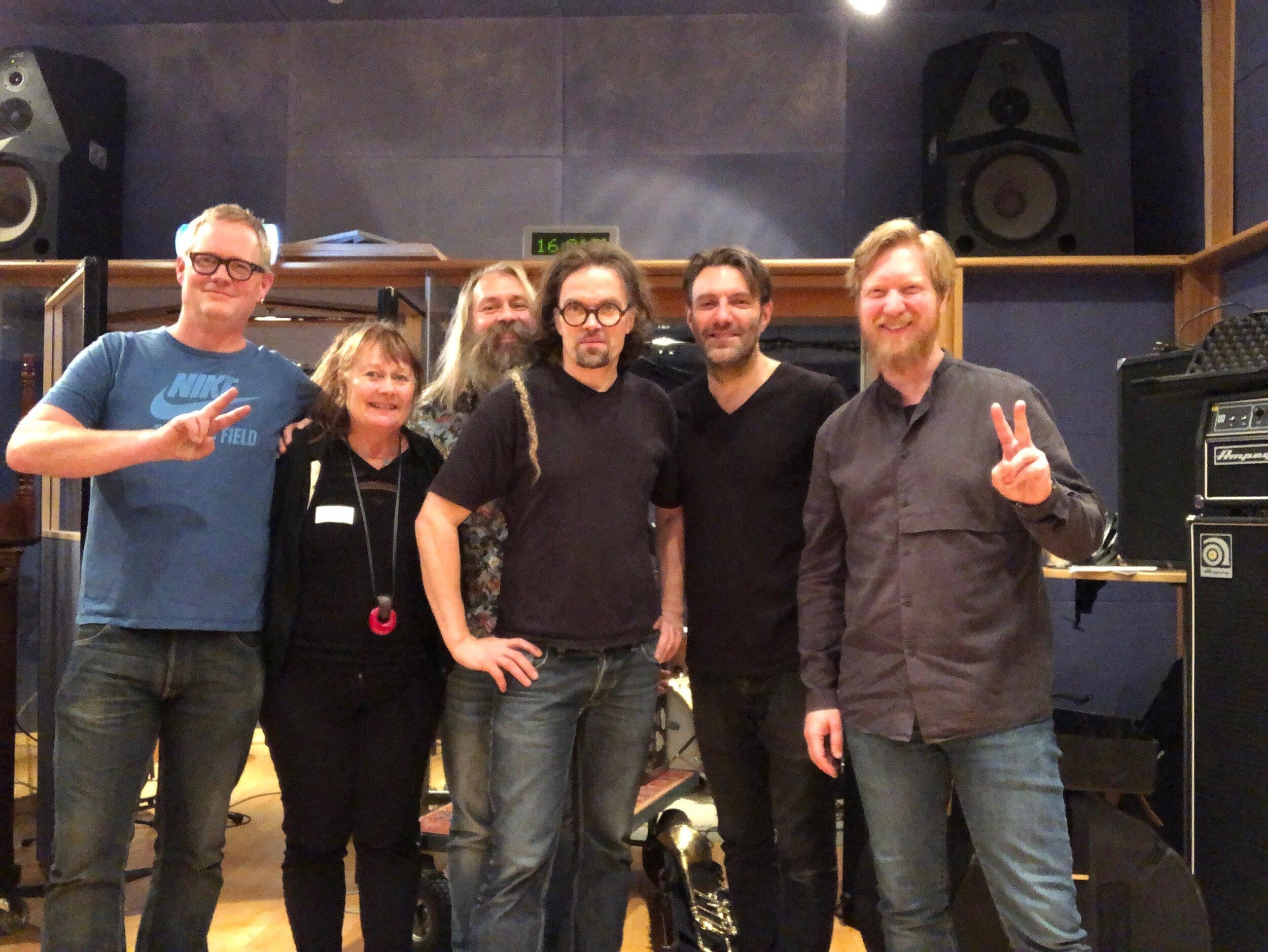 Fra innspilling av filmmusikken i NRKs Studio K20: (f.v.) Per Oddvar Johansen, regissør Elsa Kvamme, Trygve Seim, Øyvind Brække, Mats Eilertsen og Helge Lien.