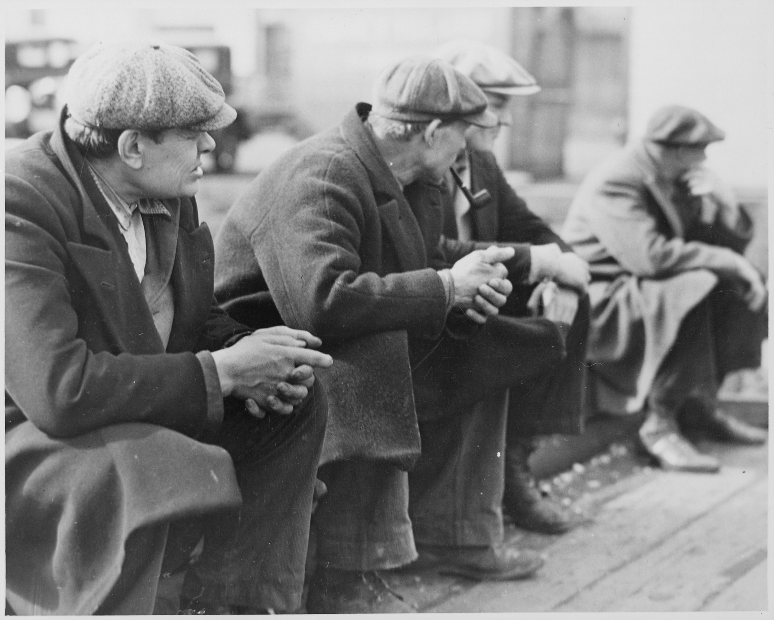 Row_of_men_at_the_New_York_City_docks_out_of_work_during_the_depression,_1934_-_NARA_-_518288.jpg