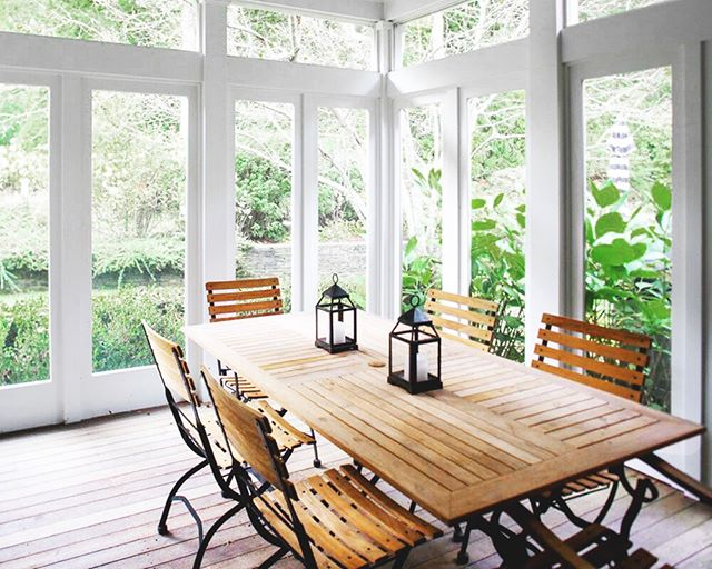 The time for outdoor dining is finally here, and what better way to celebrate it than looking back at one of our favorite rooms from the Amagansett Woods project! Used as a year-round home, the goal was both to create a light and airy feeling in the summer, yet warm and cozy feeling in the winter, all working towards the home's new descriptive character: Modern Hamptons Farmhouse. 🌾 Design by @aliciamurphydesign