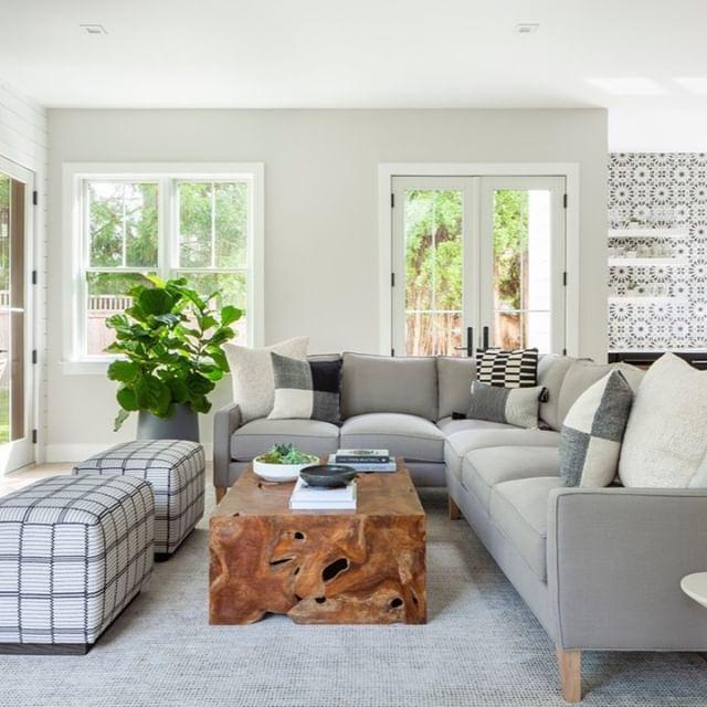 Pleasant patterns no matter where you look.  Design by @aliciamurphydesign / 📸: @alubow / Via @maidenhome . . . #aliciamurphydesign #custominteriors #homesweethome #luxuryliving #hamptonshome #homestyle #modernhomes #styleathome #homedecor #customdesign #designandbuild #customfurniture #creativityfound #designdetails #interiordetails #homedesign #homerenovation #flashesofdelight #cozyhome #interiorstyling #dayinthelife #interiordesignerlife #nycinteriordesign #customhomes #customlifestyle #homestyling #ihaveathingwithfloors #livingroomdesign #livingroominspo #livingroomdecor