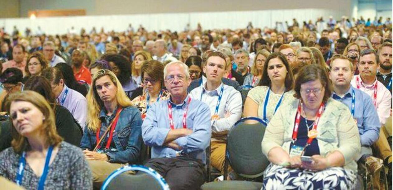 지난 9월 22일부터 사흘동안 오하이오주 콜롬비아에서 열린 전국대학카운슬러연합 콘퍼런스에 참석한 교육자들이 개막식 연설을듣고있다. [NACAC]