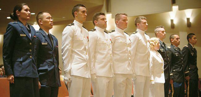 코넬대 ROTC 생도들이 졸업식에서 임관을 기다리고 있다. 이들은 졸업 후 4년간 의무 복무를 하게 된다. [코넬대 웹사이트]