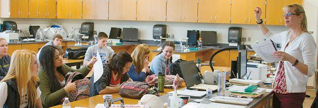 워싱턴주에 있는 우드랜드고교 AP생물반 학생들이 교사의 설명을 듣고 있다. 이 수업은 우수반으로 선정돼 주정부로부터 1만 달러의 지원금을 받기도 했다. [AP]