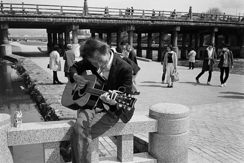 Smiling Guitar Man, Kyoto 2017. Leica M7 with 35mm Voigtländer F1.7 on Kodak TRI-X 400 film.