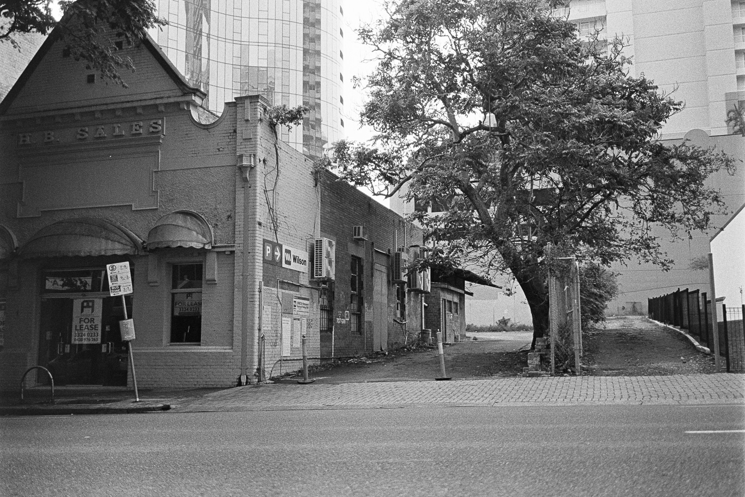 20180326 - Roll 162 - 028-Nick-Bedford,-Photographer-Black and White, Brisbane City, Film, Kodak TRI-X 400, Leica M7, Queensland, Street Photography, Voigtlander 35mm F1.7 Ultron Asph.jpg