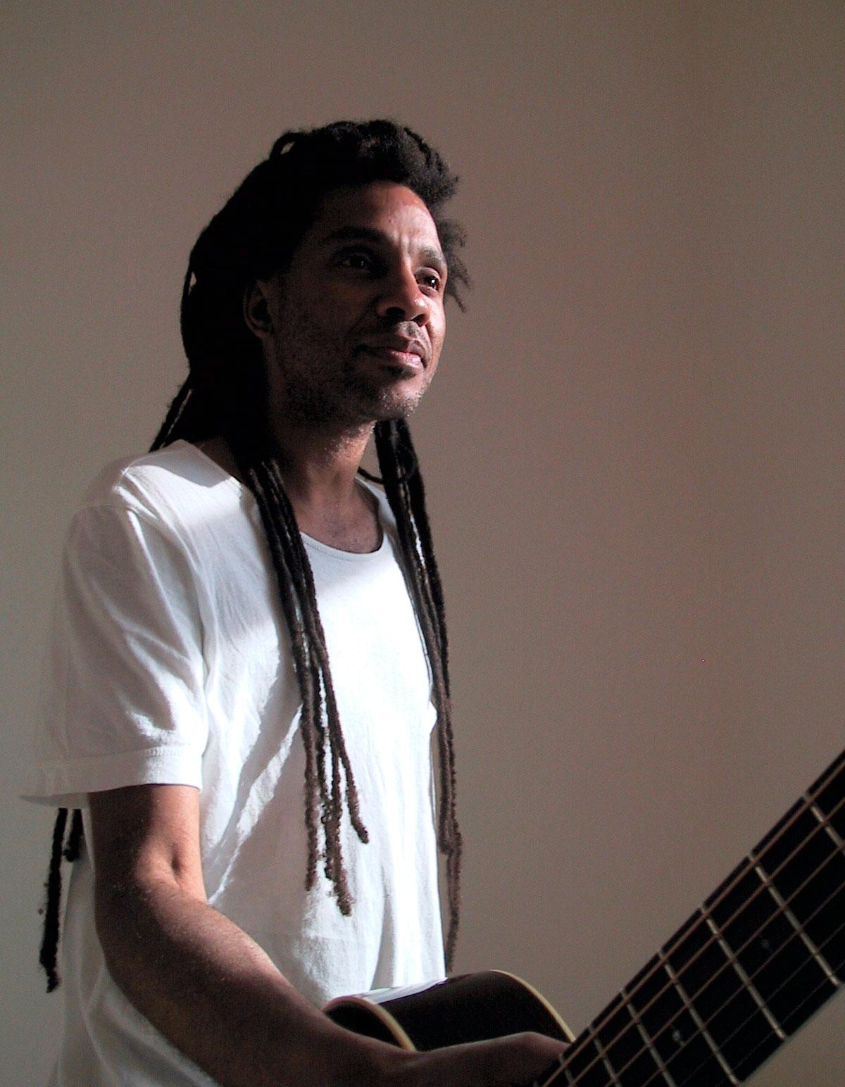 portrait-ronmiles-guitarist-OP.jpg