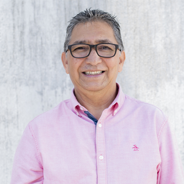 Lisandro  es uno de los pastores de Iglesia Reforma y facilita una de las comunidades misionales. Está casado con Yojana y es papá de Luis Andrés, Elias José, Daniel Josué.