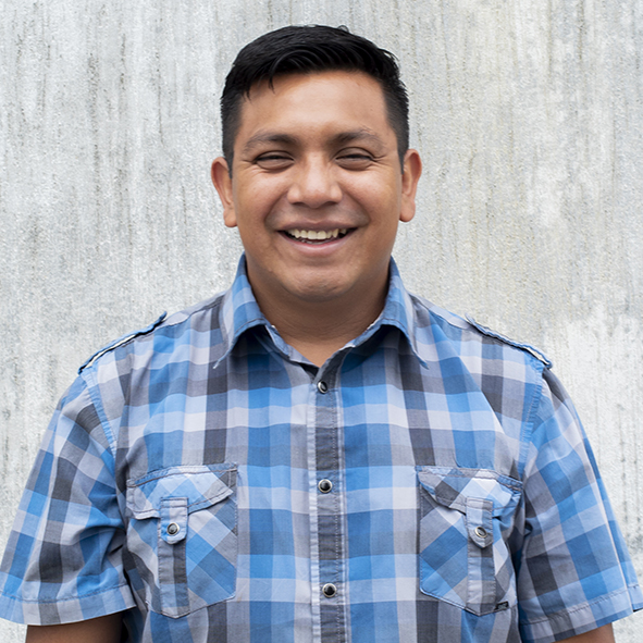 Selvin  es diácono en Iglesia Reforma y sirve a la iglesia coordinando la iniciativa en Bethania de desarrollo comunitario. Está casado con Katie.