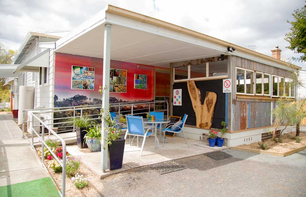 the-crepe-myrtle-tea-&-coffee-rooms-under-awning-back-seating-area.jpg-sml.jpg