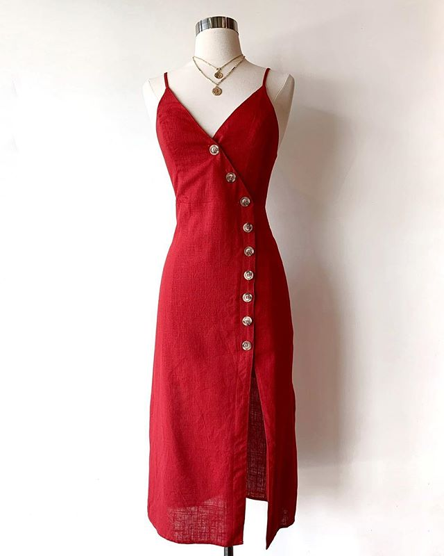 Our hearts skipped a beat over this cherry red dress. 🍒
