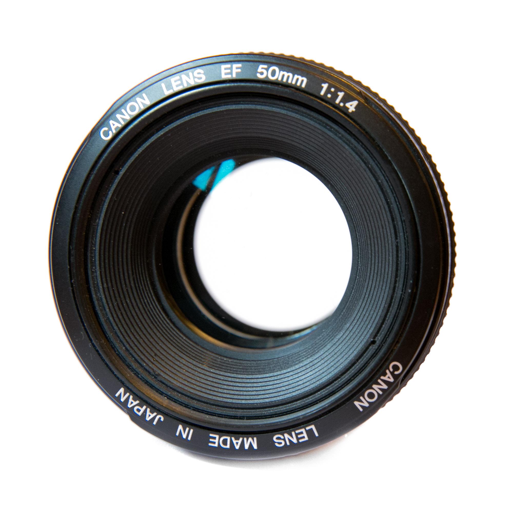 Mein treues 50mm Objektiv und ich haben schon vieles miteinander erlebt, doch leider ist die Gauss-Typ Konstruktion der Optik nicht mehr am aktuellen Stand der Technik.
