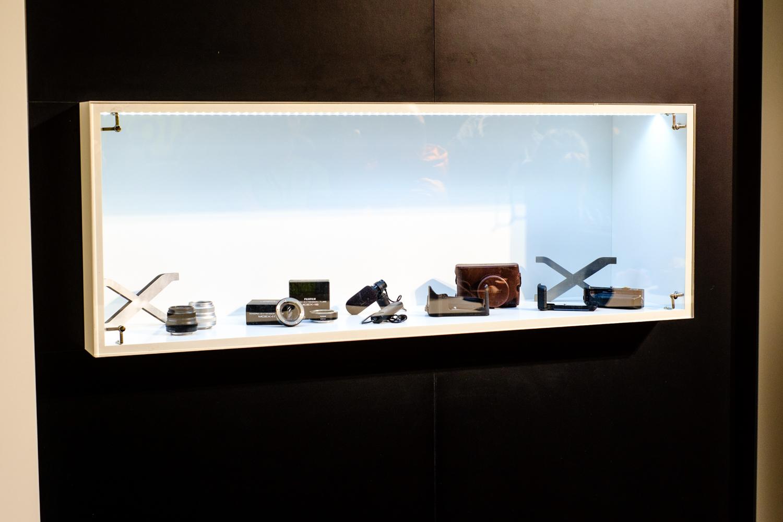Fuji X-Pro1, XF35mm F1.4 R, 1/60sec, f/4.0, ISO 800; ganz links in der Vitrine sind die schwarze und silberne Variante des neuen XF35mm F2 R WR zu sehen