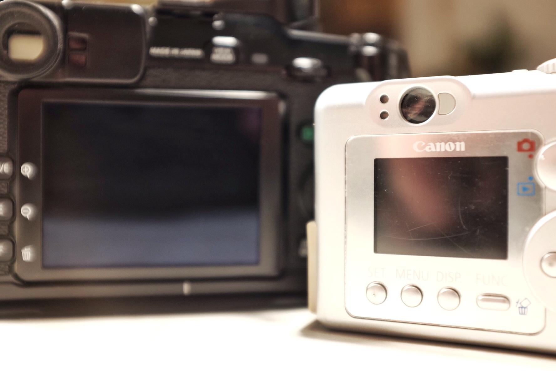 "Links die Fujifilm X-Pro1 mit 3"" Display, rechts die Canon PowerShot A70 mit 1,5"" Display"