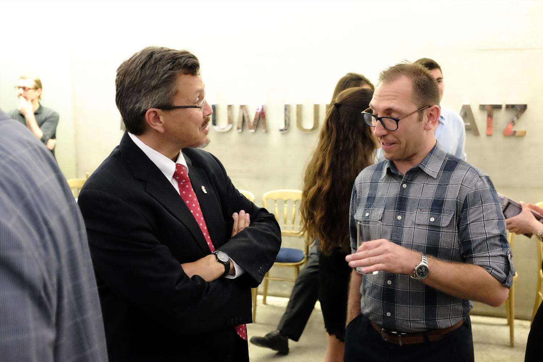 Der amerikanische Botschafter im Gespräch mit Adam Reynolds