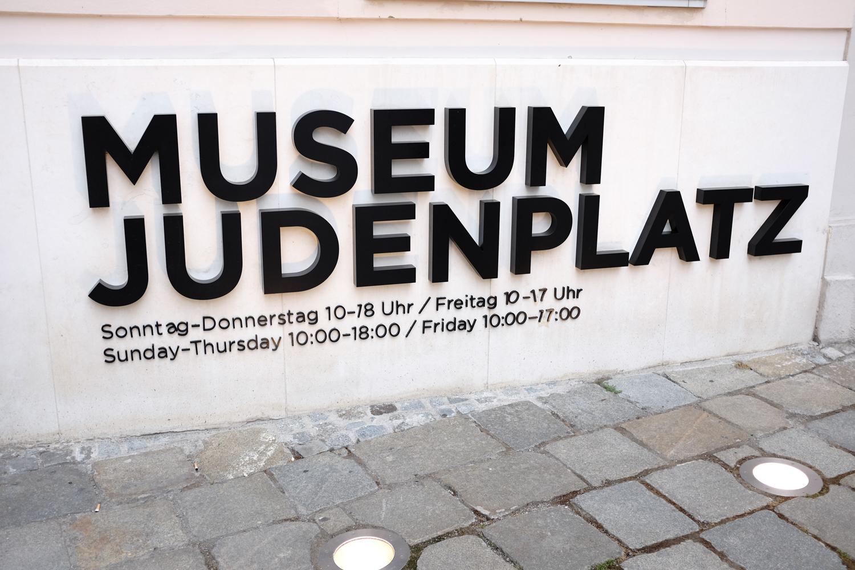 Nicht zu übersehen, wenn man am Judenplatz steht. Der Schriftzug des Museums