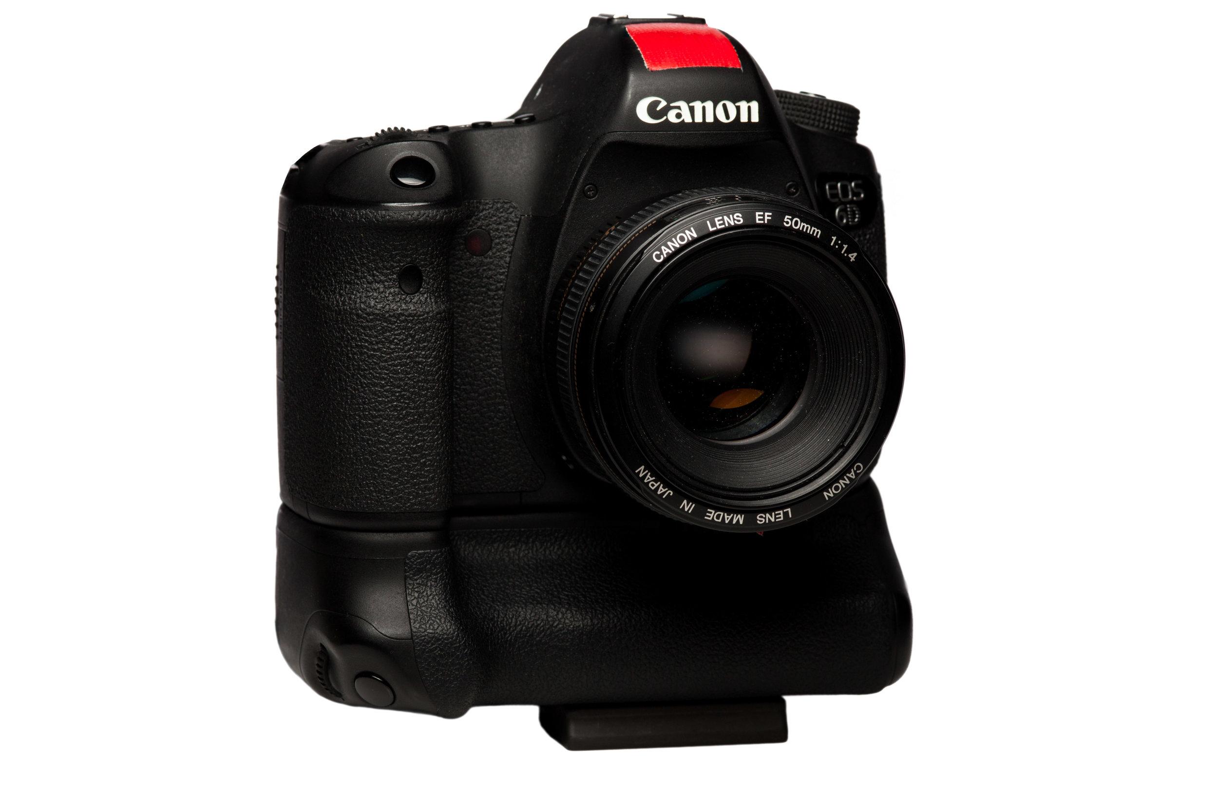 Meine eigene Canon 6D (erkennbar an der roten Markierung) - eine großartige Kamera die mir stets die Arbeit erleichtert hat und sehr zuverlässig ist. Sie ist mein Arbeitstier für Fotos.