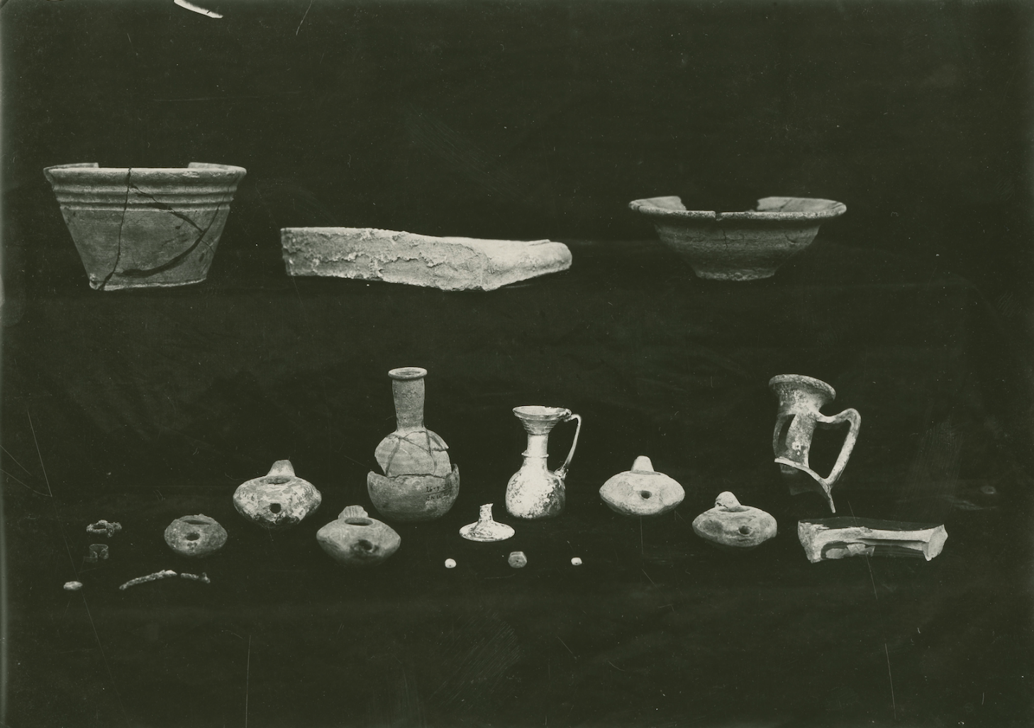 Photograph of the objects, including the jug located at the center, found in Tomb 207