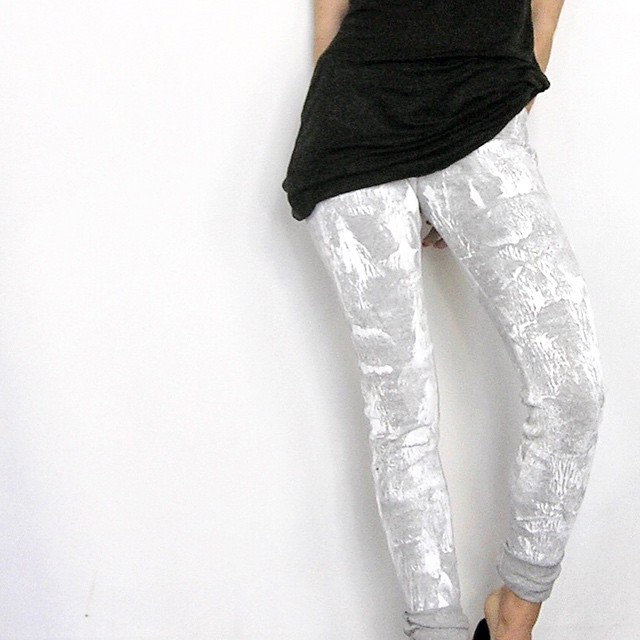 some painted leggings 🌿 #handpaintedcloth #mplsfashion #northloopmpls #fashiondesign #ootd #handmadeclothes #acgdesigns #acgdesignstudio #showroommpls #springfashion #springleggings #greyleggings #twotone