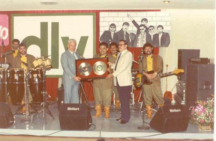 """En 1990 grabamos nuestro disco """"Mc Nífico"""" y fue en la presentación de ése disco cuando el Sr. Yopis (alto Ejecutivo de Discos Musart) y Don Basilio Villarreal (dueño de Discos DLV), nos otorgaron el disco de oro por las altas ventas de nuestro disco anterior """"Mister Chivo En Escena""""."""
