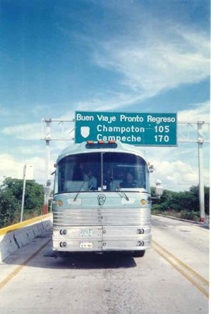 """Esta foto tiene 2 cosas muy significativas para Mister Chivo:  1.- Que regresábamos de una gira por las Ciudades de: Tekax, Yucatán, Campeche, Campeche y Cancún, Quintana Roo con buen éxito, en donde hicimos ¡¡3 días de camino!! desde Cd. Miguel Alemán hasta Mérida, Yucatán, por una de las mas hermosas carreteras que tiene nuestro México.  2.- Conocimos también la ciudad de Champotón, lugar que desde que escuchamos el danzón que le dedicaron, nos había nacido un gran deseo por conocer.  Cuanta razón tiene el estribillo:  """"Que lindo es mi Champotón, Campeche y su malecón""""."""