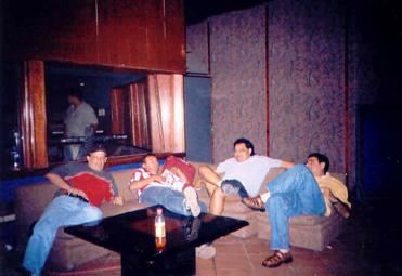 Regresamos a Estudios Cadena, donde iniciamos nuestra carrera hace ya 30 años.  Aquí en un descanso, mientras al fondo se observa Rubén corrigiendo la sección de Teclados.