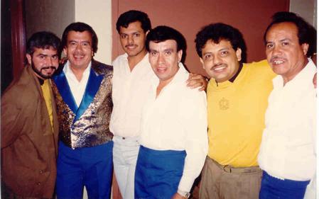 """Nuestros admirados y queridos Freddy´s, conocidos internacionalmente por su éxito: """"Déjenme llorar"""", después de admirarlos tanto tiempo pudimos conocerlos y compartir el escenario con ellos en la Ciudad de Fresno, California.  En esta foto estamos: de izquierda a derecha: Pedro Vargas, José Luis Tapia, Ricardo Pérez, Fernando Tapia, Juan Carlos y el admirado vocalistaArturo Cisneros."""