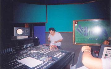 """Juan Carlos cantando las """"guías"""" de las canciones y practicando los ambientes que llevará cada una de ellas."""