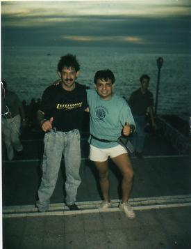 """Juan Carlos y Luis Alberto una amistad desde la infancia hasta hoy en día, aquí charlando como siempre fraternalmente en una bella """"Puesta de Sol"""" de Acapulco Gro. México 1987."""