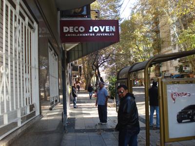 Un paseo matutino por las calles de Buenos Aires.  Aquí Mundo delante de todos y Martell, espera a Juan Carlos.