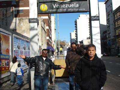 """A la entrada del """"subte"""" (metro), estación Venezuela, por la calle Rivadavia."""