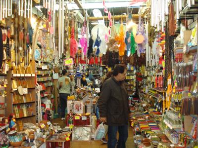 Luis Alberto en la tienda de souvenirs.
