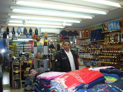 Nuestro amigo Javier García, quien nos acompañó para coordinar nuestra gira, aquí en los souvenirs.